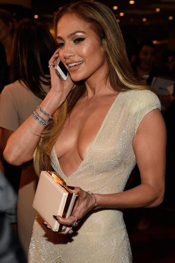 Jennifer+Lopez+Escotazo+En+Fiesta+De+Revista+People+Dic+2014+famosascelebshot.comt