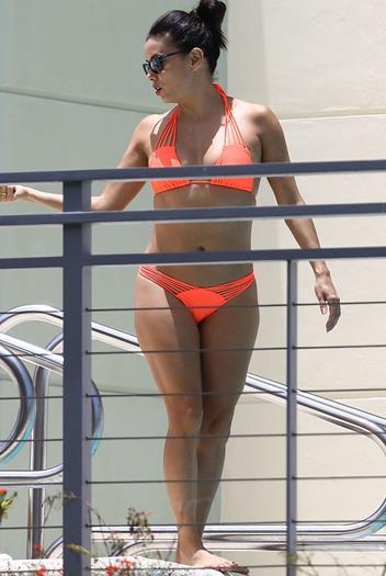 Eva-Longoria-in-Orange-Bikini--03