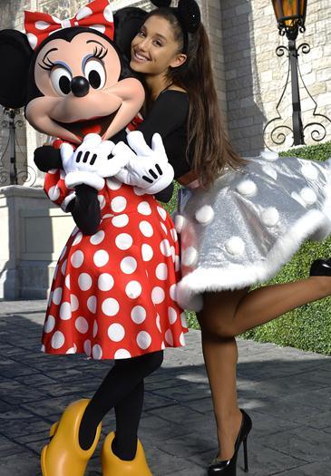 Ariana+Grande+En+Walt+Disney+World+Nov+2015+Voyeurmix.net